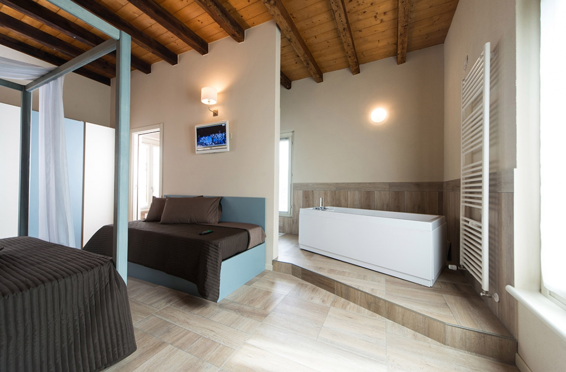 Disposed in order to give to our luckiest customer a wonderful view of the Canal Grande (Naviglio) surrounding the ancient structure of the farmhouse. Set in a warm and elegant location, this suite has been designed in order to make you relax and enjoy at your best your holiday vacations. Exceptionally equipped with every possible comfort. The suite, with its 39m2, gets its uniqueness thanks to the presence of a comfortable canopy bed and a special bath, equipped with hydro-massage and chromo-therapy, offering a spectacular view on the magical surroundings. Moreover, the sofa can be turned in a comfortable third bed.