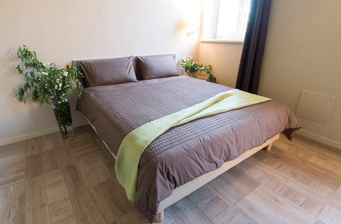 Arranged on the ground floor of the building that closes the old courtyard, this is a spacious and bright double room designed to be the ideal place to spend ones' proper holiday or business trip. With a total of approximately 28m2, furnished in an elegant and contemporary style, is also equipped with all the comforts the latest generation can offer us.Accessible also to handicap bearer