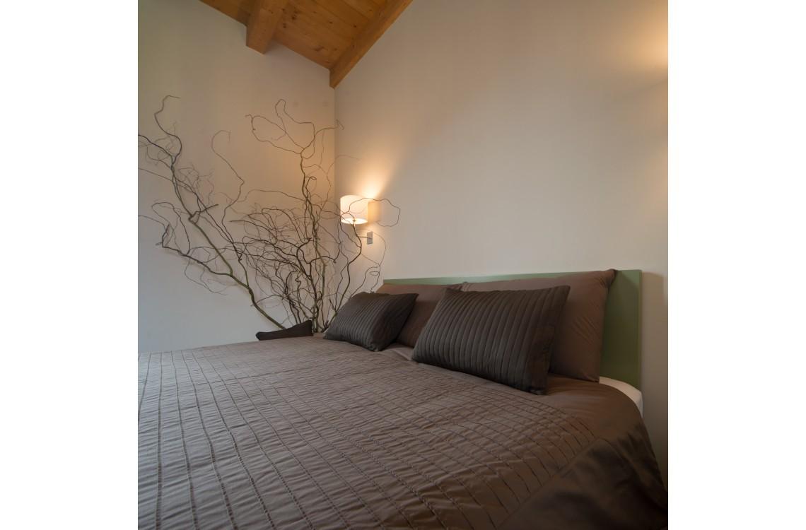 La suite è disposta nella parte più antica dell'insediamento rurale,  in un ambiente armonico e rilassante, arredata con stile contemporaneo,  caldo ed elegante, la suite può diventare una comoda family room per 3-4  persone. La suite STEMMA, così denominata per la presenza dello stemma  seicentesco della famiglia Galizia, di complessivi 45mq, è collocata su  un unico piano su cui si dispongono la camera da letto, con un letto matrimoniale, il soggiorno, con due letti singoli,&nbsp;e  il bagno privato.&nbsp;<br>Disponibile uso SINGOLA, uso DOPPIA, uso TRIPLA e uso QUADRUPLA (2 adulti + 1/2 bambini).<br>