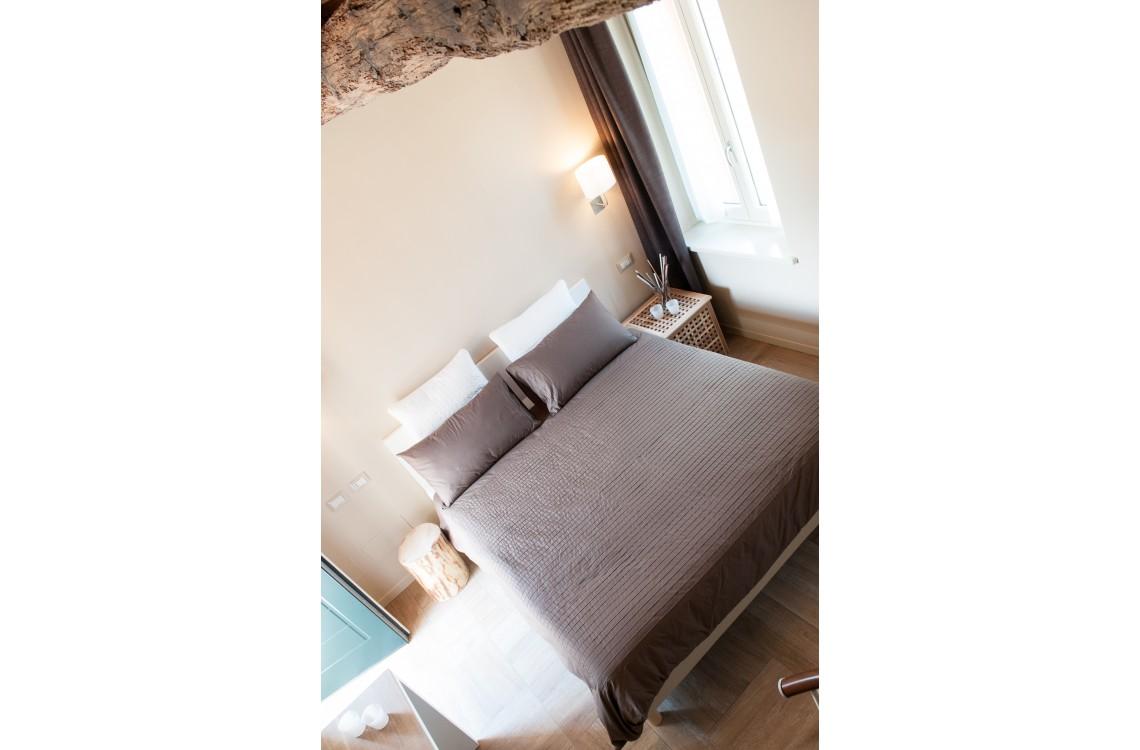 La suite, caratterizzata dall'antica torre colombaia costruita dai  domenicani nel XIV secolo, è collocata su due piani su cui si dispongono  la camera da letto, con un letto matrimoniale, il soggiorno, con due letti singoli,&nbsp;ed il bagno. Di complessivi 55mq, è&nbsp;collocata nella parte più storica  dell'insediamento rurale, in un ambiente armonico e rilassante, arredata  con stile contemporaneo ed elegante, la suite può diventare una comoda  family room per 3-4 persone.&nbsp;&nbsp;<br>Disponibile uso SINGOLA, uso DOPPIA, uso TRIPLA e uso QUADRUPLA (2 adulti + 1/2 bambini).<br>